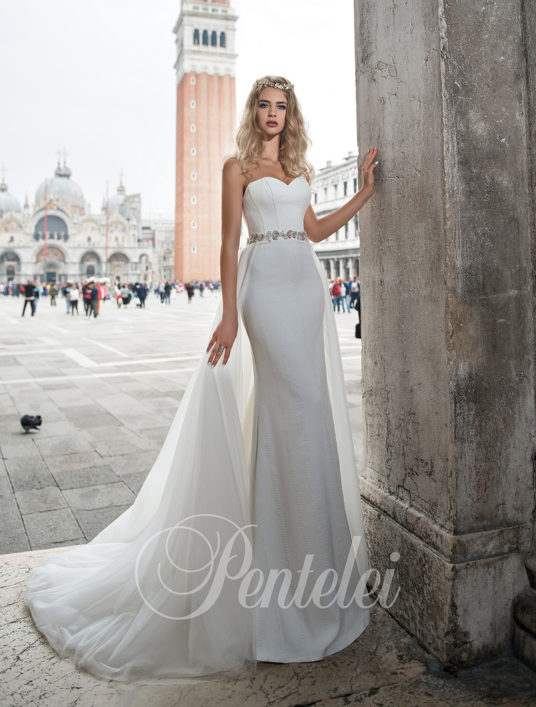 Белое свадебное платье со съемным шлейфом от Pentelei оптом