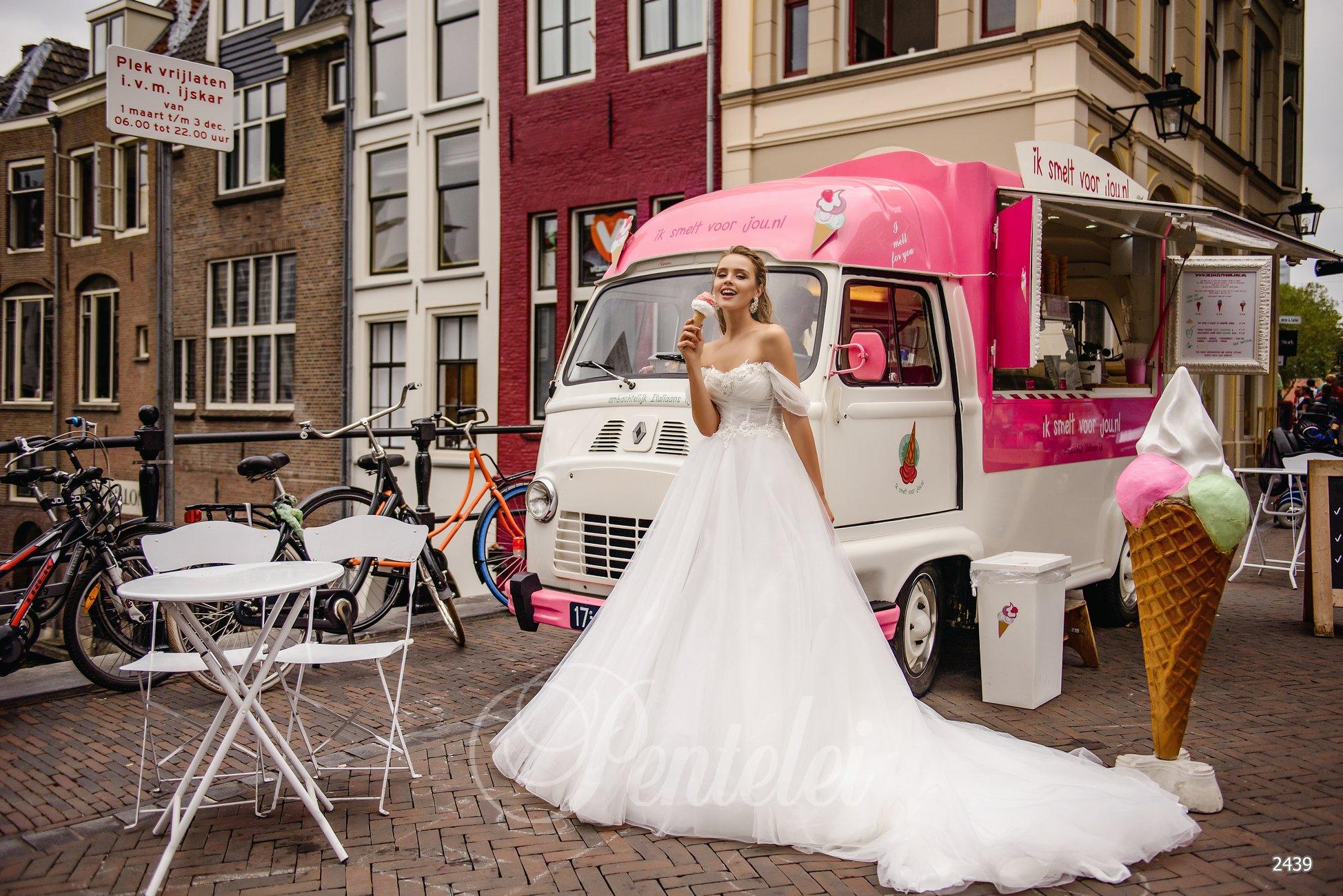 Пышное свадебное платье с опущенными плечиками