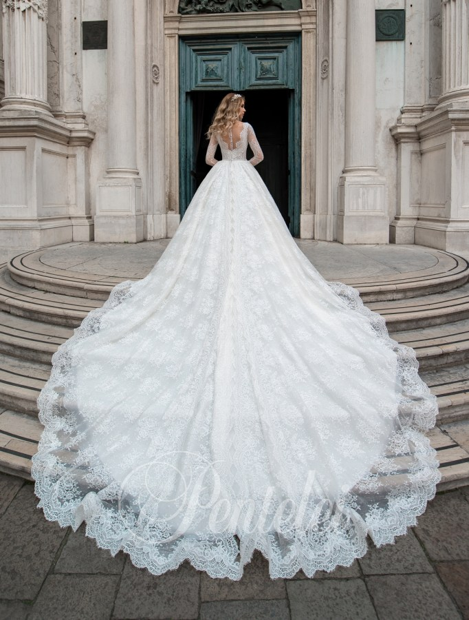 Voluminous wedding dress with train on wholesale