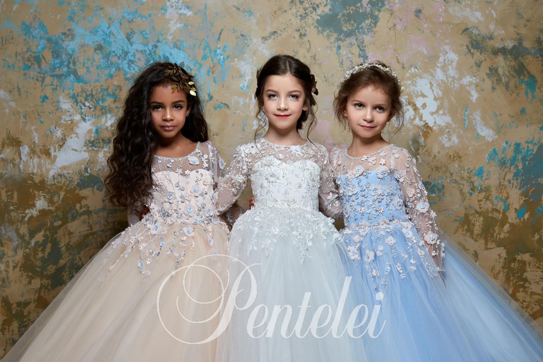 452a6e874355a01 Купить детское платье с аппликациями со шлейфом от Pentelei оптом
