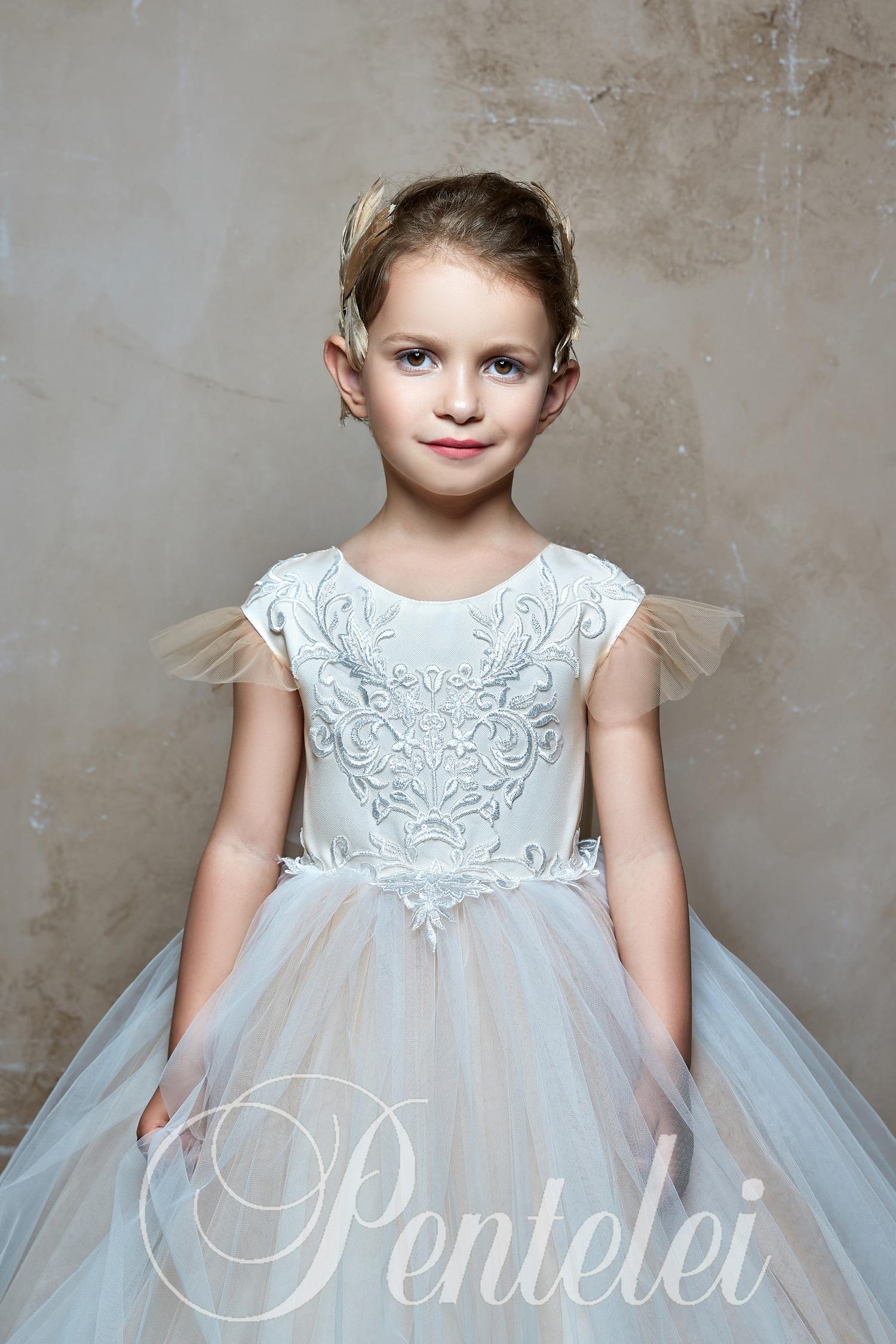 a56fb202440d5e Купити пишну дитячу сукню кольору айворі зі шлейфом оптом від Pentelei.